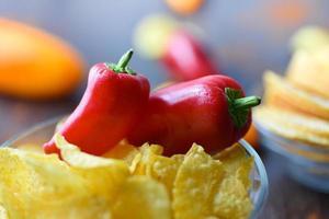 pimentão vermelho em batatas fritas na tigela foto