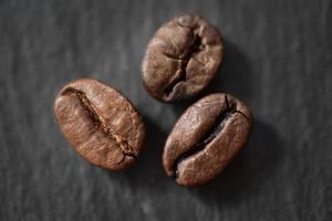 três grãos de café torrados foto