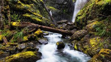 rio cachoeira entre rochas foto