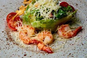 salada de frutos do mar em um prato foto