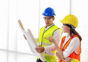 jovens engenheiros colaboram no escritório