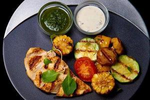 carne grelhada com legumes foto