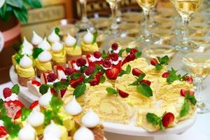 mesa de buffet com bolos