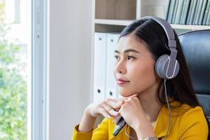 jovem mulher asiática trabalhando em casa foto