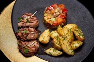 carnes e legumes grelhados foto