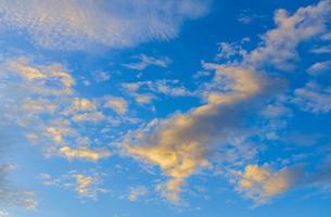 nuvens e céu azul foto