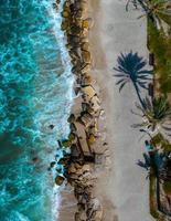Vista aérea da beira-mar durante o dia