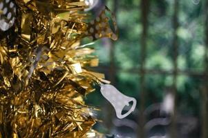 decoração ouropel ouro com enfeite de flor branca.