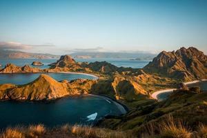 montanhas e mar foto
