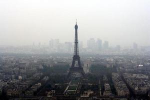 Torre Eiffel no meio do nevoeiro