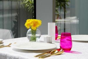 configuração de mesa no restaurante foto