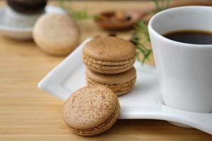 macarons com uma xícara de café foto