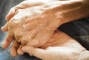 duas pessoas de mãos dadas foto