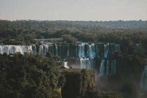 foto aérea de cachoeira, rodeada por árvores verdes
