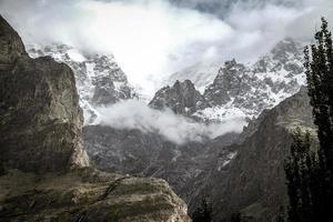 coberto de neve ultar sar montanha foto