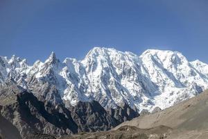 montanhas cobertas de neve na faixa de karakoram foto
