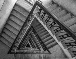foto de escadas em vários andares em escala de cinza