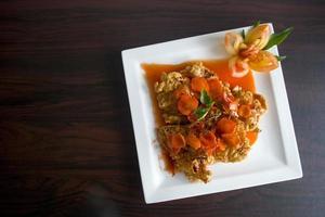 prato com molho de laranja foto