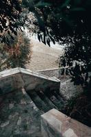 escadas que levam à praia foto