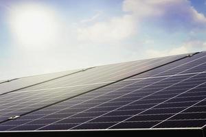 painéis fotovoltaicos solares sob o céu azul