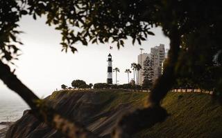 torre do farol branco ao lado do mar foto