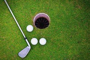 bolas de golfe e clube de golfe