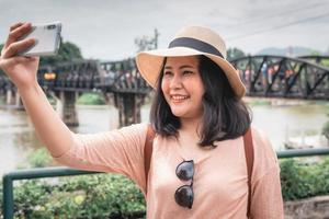 mulher turista se divertindo enquanto passeia