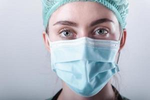 médica em máscara protetora