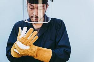 trabalhador de solda usa equipamento de segurança pessoal