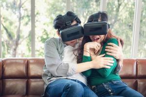 jovem casal assistindo vídeo via realidade virtual foto