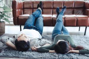 jovem casal relaxando