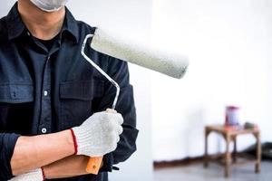 pintor masculino, segurando o rolo de pintura