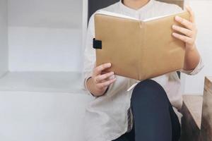 mulher jovem hippie lendo um livro
