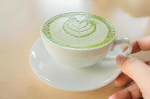 xícara de chá verde matcha quente foto