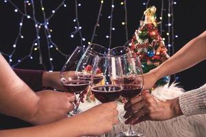 festa de véspera de ano novo, torcendo com vinho foto