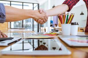 duas pessoas apertando as mãos após uma reunião bem-sucedida