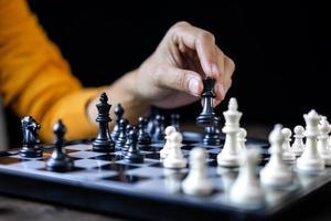 mulher de negócios jogando xadrez