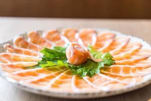 sashimi de salmão fatiado foto