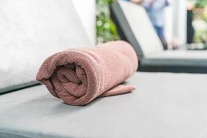 toalha de piscina em uma cadeira foto