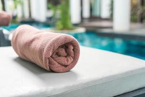toalha de piscina na decoração da cadeira ao redor da piscina foto