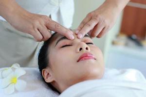 mulher recebendo tratamento de pele