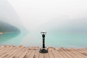 binóculos no lago louise no canadá foto