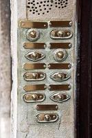 botões de campainha vintage em um apartamento antigo foto