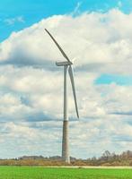 vista da turbina eólica no céu azul.