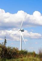 turbina eólica com céu azul foto