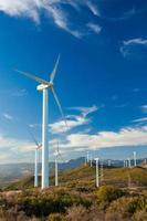 parque eólico no topo de uma colina na europa