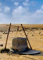 poço de água no deserto de Omã foto