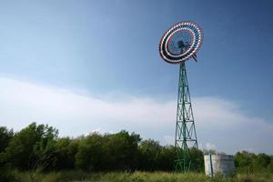 moinho de vento na fazenda na tailândia foto