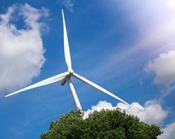 fazenda de turbinas eólicas com luz solar