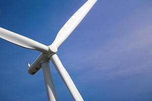 turbina eólica com luz solar